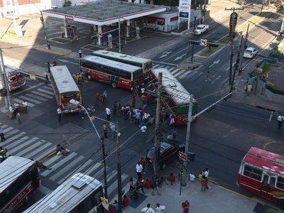Guerra de buses genera caos vehicular sobre Mariscal López