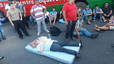 HOY / Choferes con sus buses por encima de la ley: cierran calles, jueces callan, policía maniatada