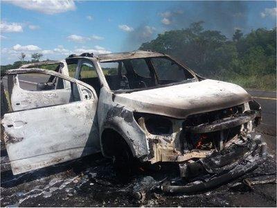 Camioneta y máquina niveladora se incendian en rutas
