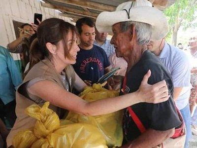 Primera dama entrega víveres a damnificados e indígenas