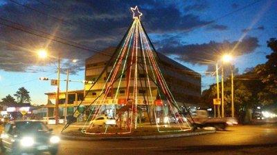 Vecinos impulsan ambiente navideño adornando calles de Ciudad del Este