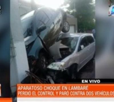 Se llevó por delante un auto y un poste tras perder el control
