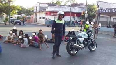 HOY / Sentata de nativos impide circulación en inmediaciones de plaza Uruguaya
