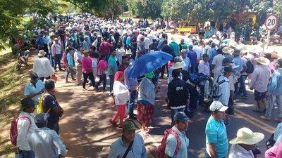 Campesinos cierran ruta III en Santa Rosa
