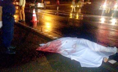 Motociclistas mueren y otro queda herido tras rozar vehículo
