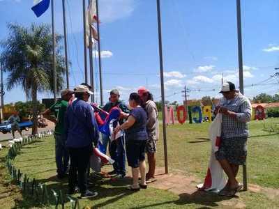 Jóvenes también renuevan banderas de la rotonda