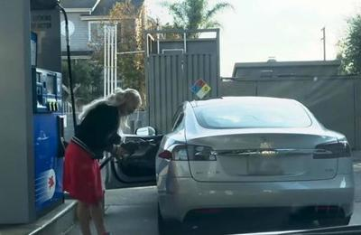 Mujer intenta cargar combustible a un automóvil eléctrico y sufre brutal troleo