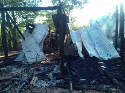 Humilde vivienda es consumida por el fuego