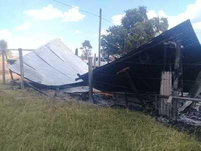 Incendio consume una casita en asentamiento
