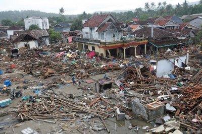 Indonesia eleva a 430 los muertos y a 22.000 los desplazados por el tsunami