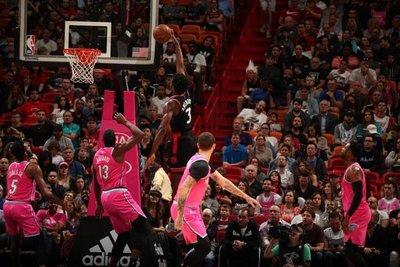 Raptors ganan a Heat duelo de líderes