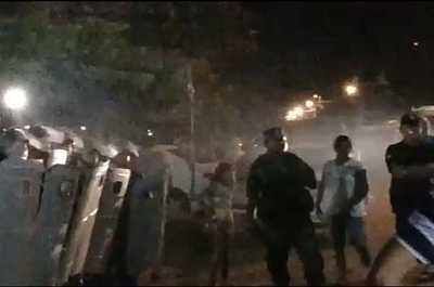 Hurreros, encabezados por hijos de concejal, provocan a escrachadores en noche Nº 80