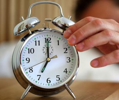 Un gobernador regala despertadores a los funcionarios que llegan tarde