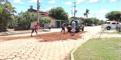 Vecinos deciden arreglar ellos las calles, he'i