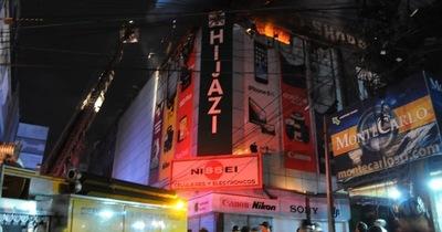 Bomberos controlan fuego que afecto el shopping Hijazi