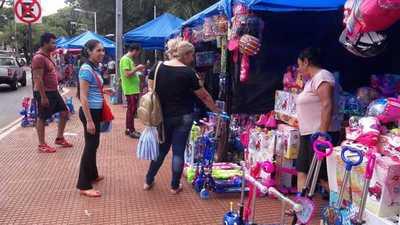 Reyes buscan ofertas en Ciudad del Este