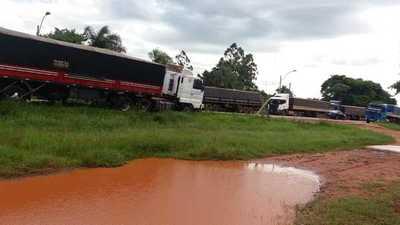 Camioneros paran en busca de un mejor precio del flete
