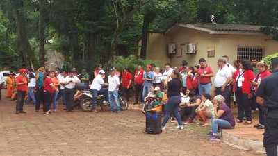 Descontratados se manifiestan en la Municipalidad de CDE