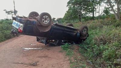 Hombre muere tras vuelco de camioneta