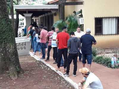 Por temor a la Caminera, multitud acude a la comuna para renovar documentos