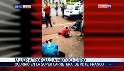 Mujer atropella a motoasaltantes tras atacar a una joven