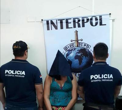 Agentes de Interpol detienen a una mujer en Presidente Franco