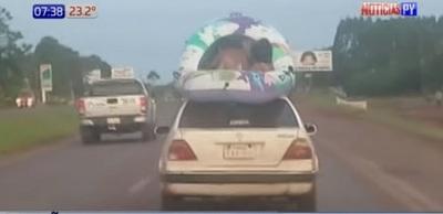 Denuncian a padres por viajar con niños sobre el techo del vehículo