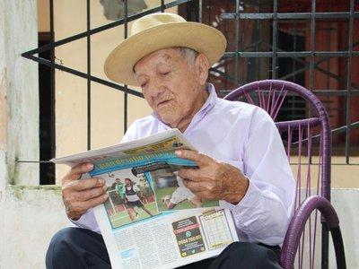 Abuelo cumple 100 años y de regalo pide una novia y una tele
