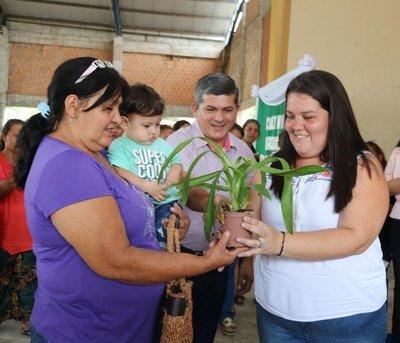 Mujeres de Atyrá reciben insumos para la producción y venta de orquídeas
