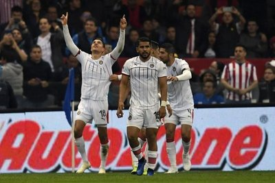 Chivas se impone al Cruz Azul
