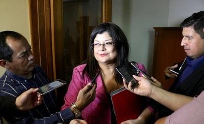HOY / McLeod acusa a interventora de mentirosa y expone evidencias sobre caja 9