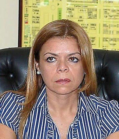 Sandra McLeod acusa a Llanes de huir de intimación notarial