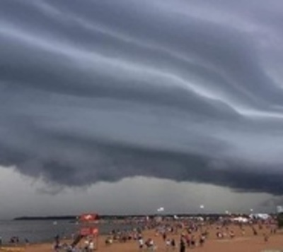 Asombro por el formidable paisaje de tormenta encarnacena
