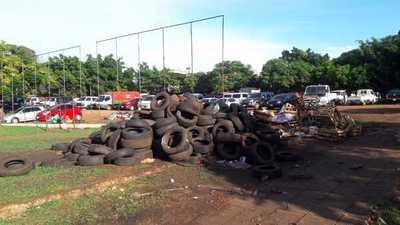Depositan gran cantidad de cubiertas y basura en plena plaza pública del mercado de CDE
