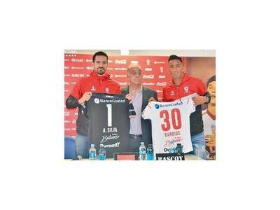 Lucas y Antony, con camisetas de Huracán