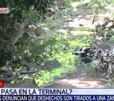 Desechos de la Terminal van a zanja, vecinos denuncian desidia