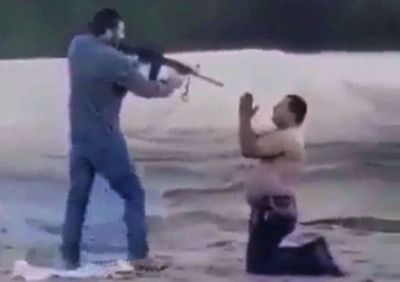 Policía busca a hombre que aparece en un video torturando a otro