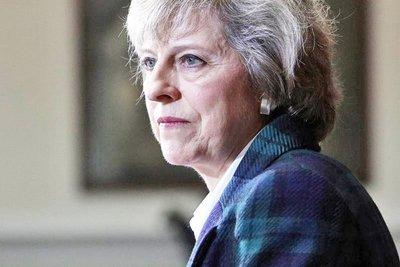 Theresa May lucha por sobrevivir