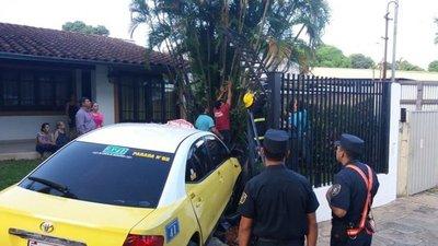Taxi impactó contra una vivienda en Asunción