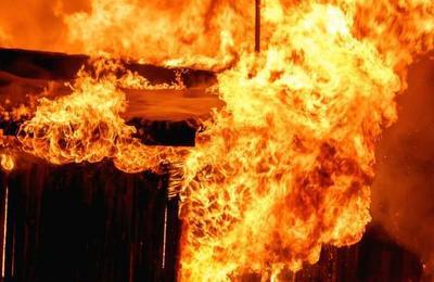Escapó de milagro del incendio de su casa pero murió atropellado mientras buscaba ayuda