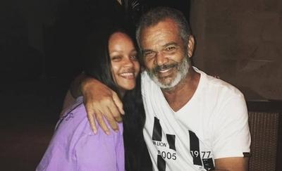 HOY / Rihanna demanda a su padre por realizar negocios con su nombre