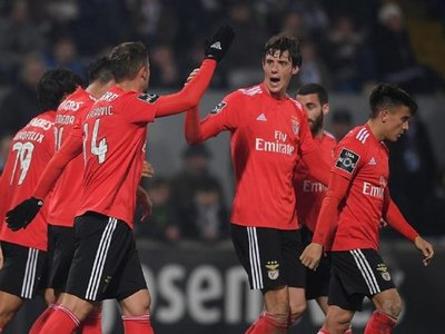 El Benfica vence en Guimarães y no ceja en su persecución al líder Porto