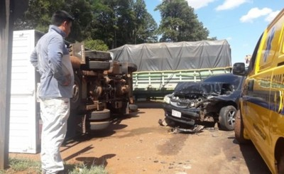 Vuelco de vehículos tras accidente en el cruce km 10