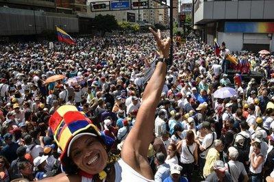 Multitud marcha bajo tensión en Venezuela