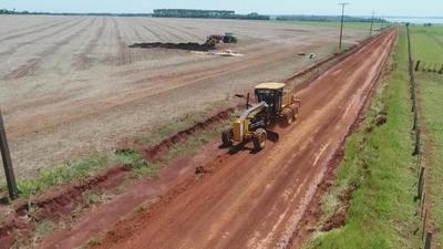 Reparan caminos rurales tras lluvias en distrito de Yguazú