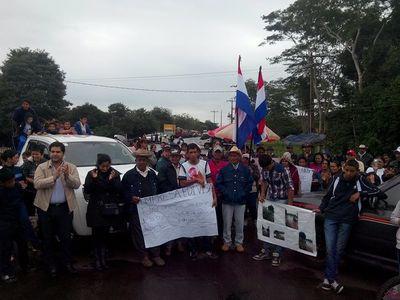 En Paso Horqueta reclaman por asfalto en una manifestación