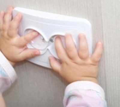 Una bebé muere luego de tocar enchufe estando mojada