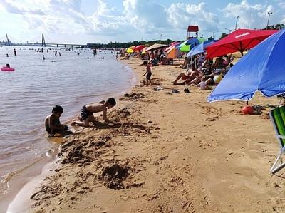 Veraneantes invaden las playas de Encarnación