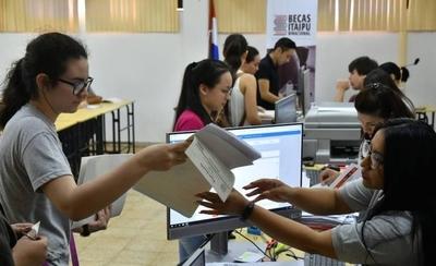 HOY / Becas Itaipú: de los más de 10.600 registrados, tan solo la mitad confirmó postulación
