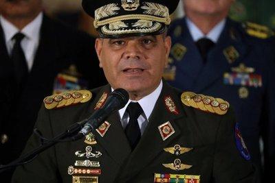 """Ministro dice que """"están las armas listas para defender"""" a Venezuela y a Maduro"""